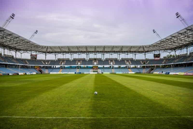 Sepak bola di tengah lapangan di stadion kosong.