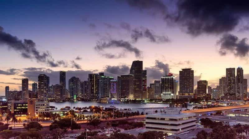 Kota Miami di kaki langit Florida saat matahari terbenam.