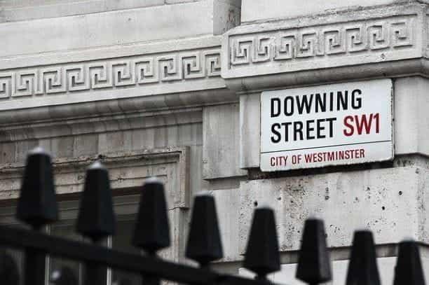 Tanda yang bertuliskan Downing Street SW1 City of Westminster, tempat tinggal Perdana Menteri.