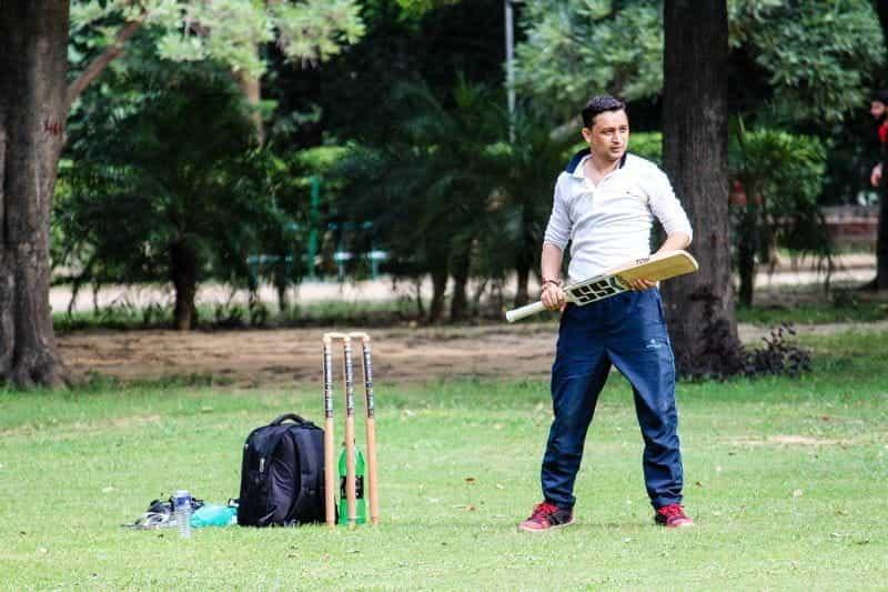 Pemain kriket di lapangan.
