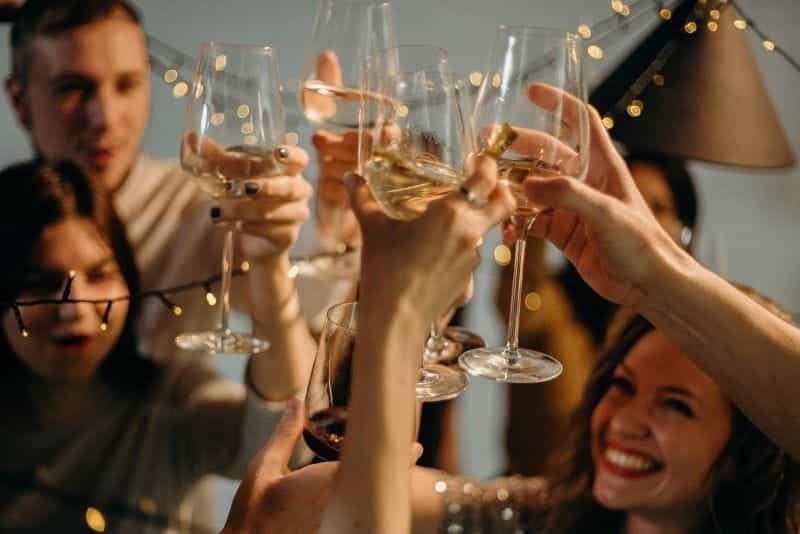 Sekelompok orang dewasa yang merayakan dengan gelas sampanye.