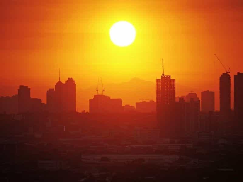 Matahari terbenam di atas Manila.