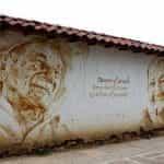 Sebuah mural di dinding putih di San Gil Santander, Kolombia.