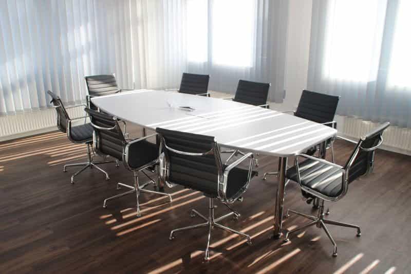 Kursi kantor kosong dan meja di ruang dewan direksi perusahaan.