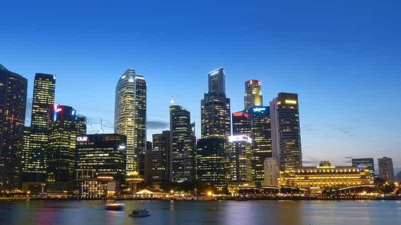 Singapura pada malam hari.