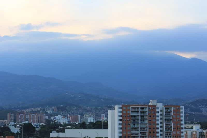 Matahari terbenam di atas Cali, Kolombia.