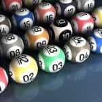 Bola bingo warna-warni dengan angka.