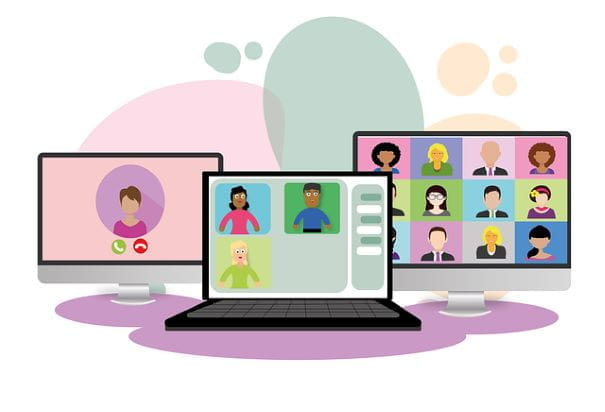 Tiga layar komputer, masing-masing dengan webinar atau rapat virtual yang berbeda.