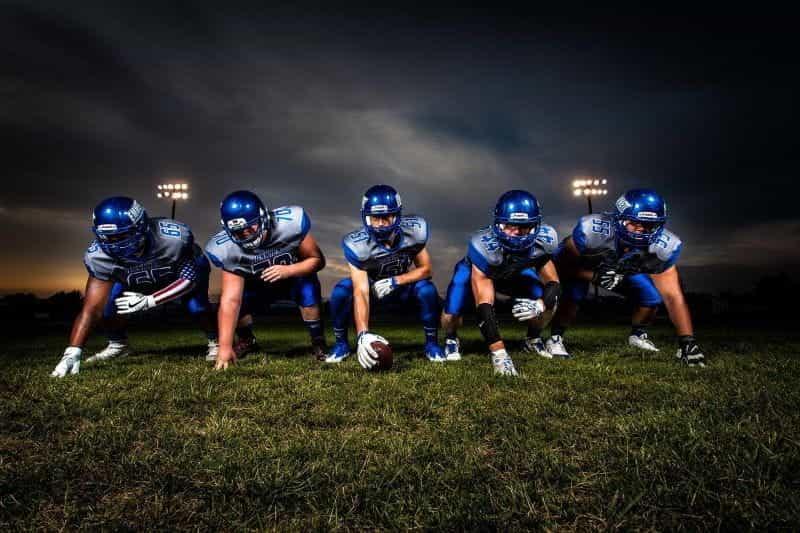 Deretan lima pemain American football di posisinya masing-masing.