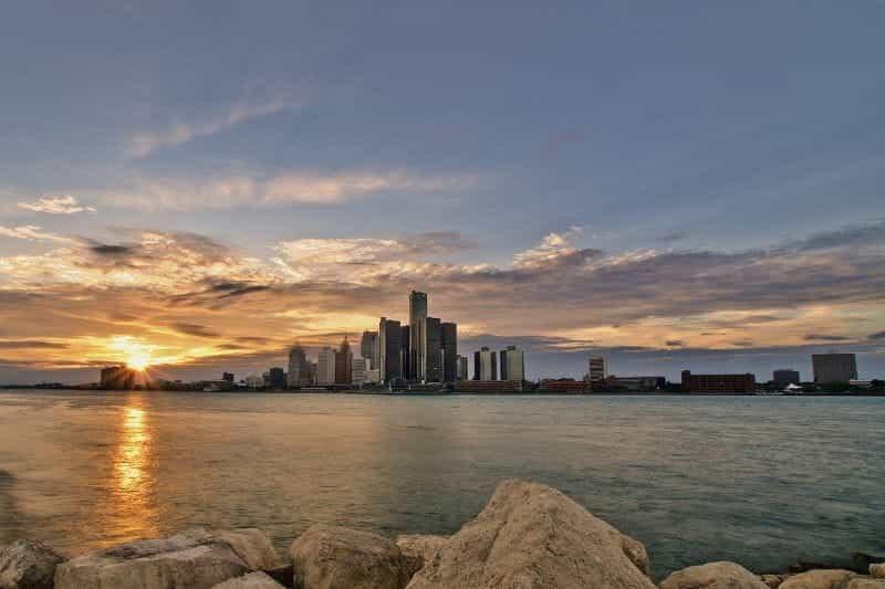 Cakrawala pusat kota Detroit seperti yang terlihat dari danau.