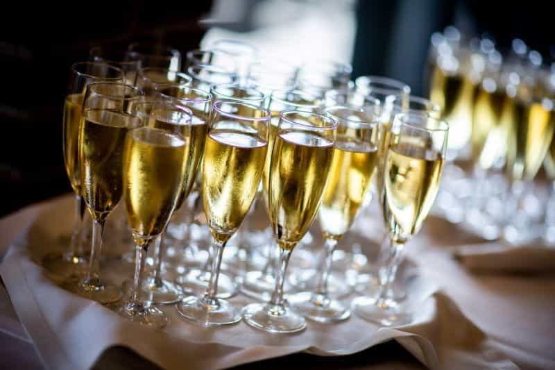 Seruling gelas sampanye di atas nampan di sebuah acara.