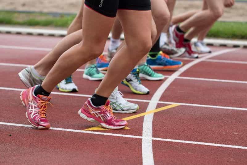 Kaki atlet di garis start perlombaan.