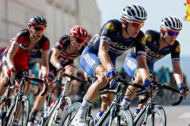 Pengendara sepeda berlomba secara kompetitif.