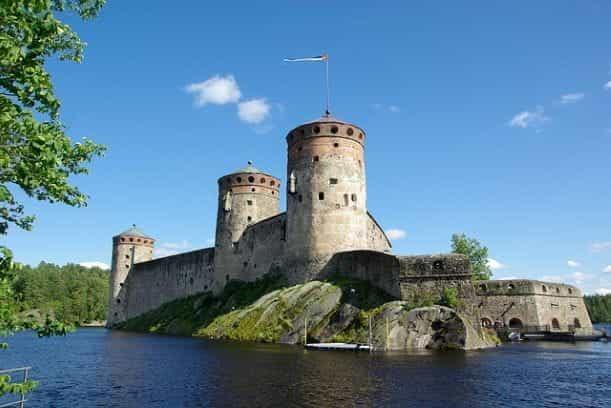 Kastil Finlandia dikelilingi oleh air.