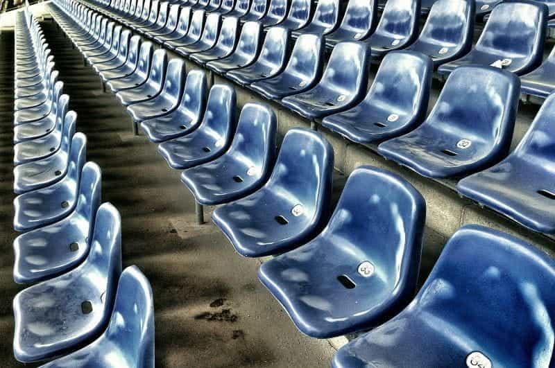 Kursi di stadion sepak bola.
