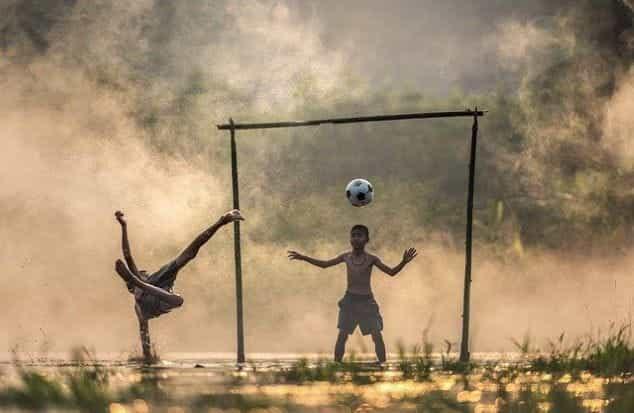 Anak-anak bermain sepak bola.