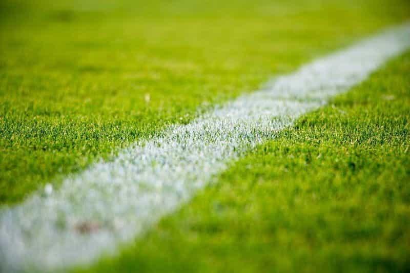 Garis besar lapangan sepak bola.