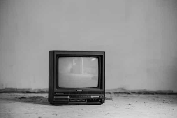 Televisi retro hitam putih.