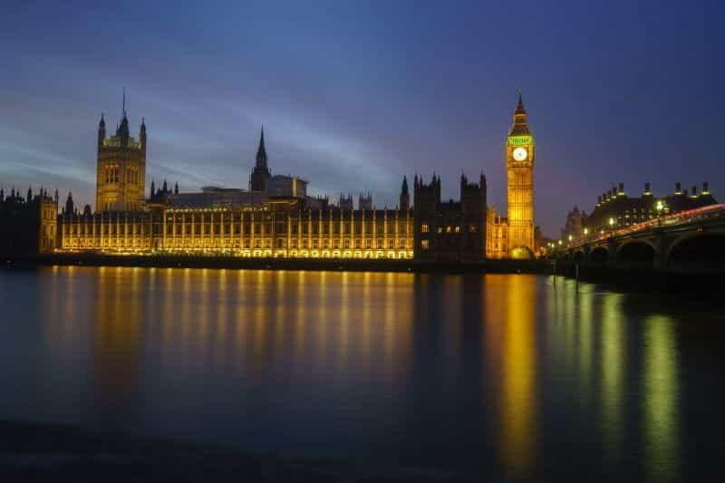 Gedung Parlemen di sebelah Jembatan Westminster di London.
