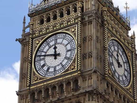 Jam Big Ben di Gedung Parlemen pemerintah Inggris di Westminster, London.
