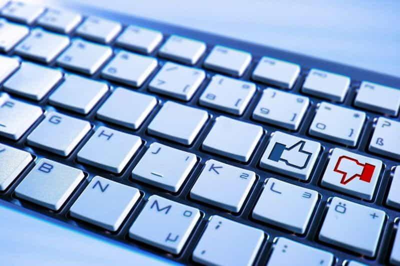 Keyboard dengan tombol suka dan tidak suka.