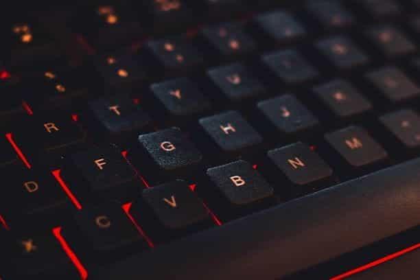 Tampilan close-up keyboard dengan lampu merah di bawah tombol.