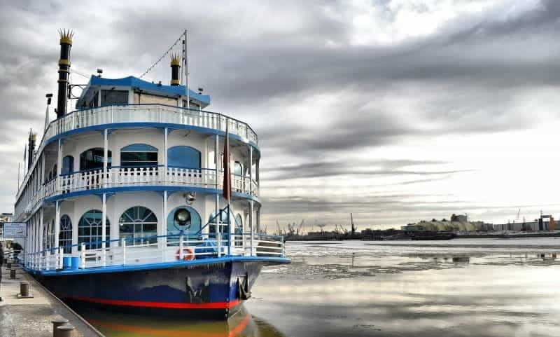 Kapal uap kapal uap dayung Louisiana klasik berlabuh di air.