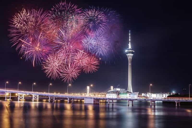 Teluk Macau dengan kembang api dan lampu.