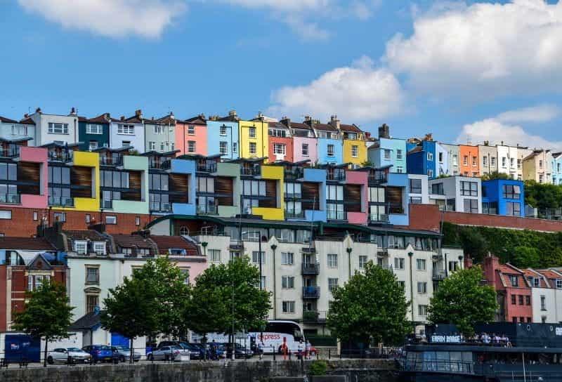Sebuah jalan berwarna-warni dari rumah-rumah di Bristol, Inggris.
