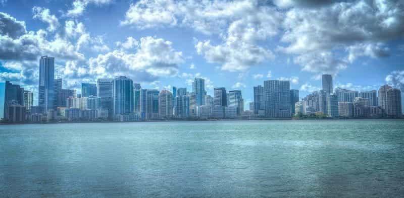 Cakrawala pusat kota Miami seperti yang terlihat dari air.