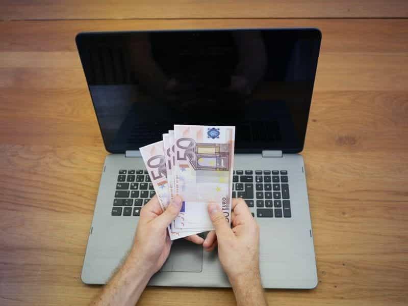 Laptop judi online dengan Euro.
