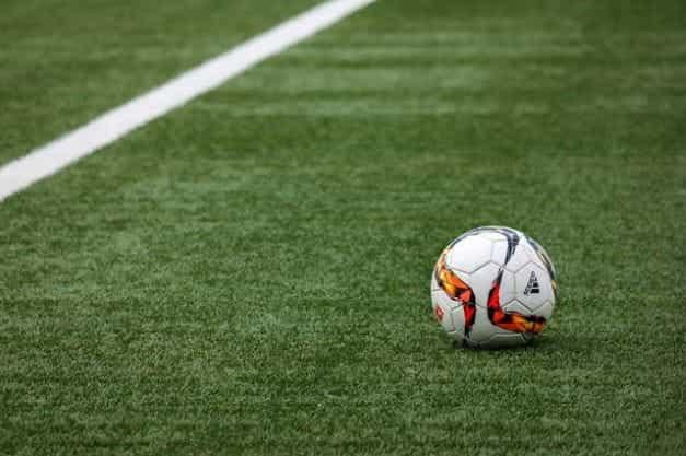 Sebuah sepak bola di lapangan rumput.
