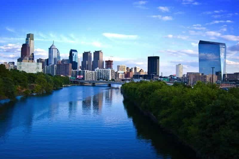 Kota Philadelphia, dengan cakrawala dan sungai utama di tengahnya.