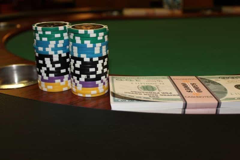 Meja dan kartu poker.
