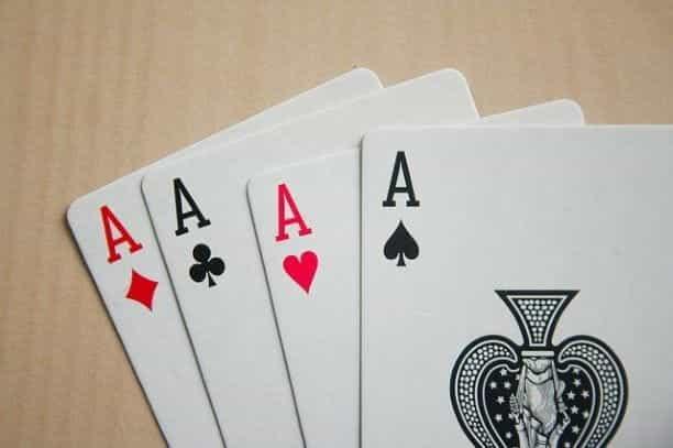 Kartu poker di atas meja.