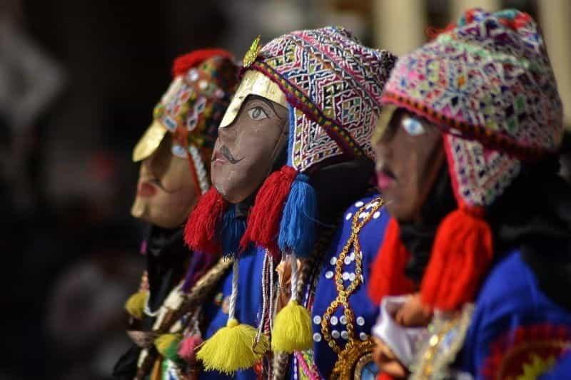 Deretan boneka warna-warni yang didandani untuk Karnaval di Cusco, Peru.