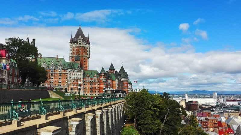 Château Frontenac menghadap Kota Quebec di Kanada.