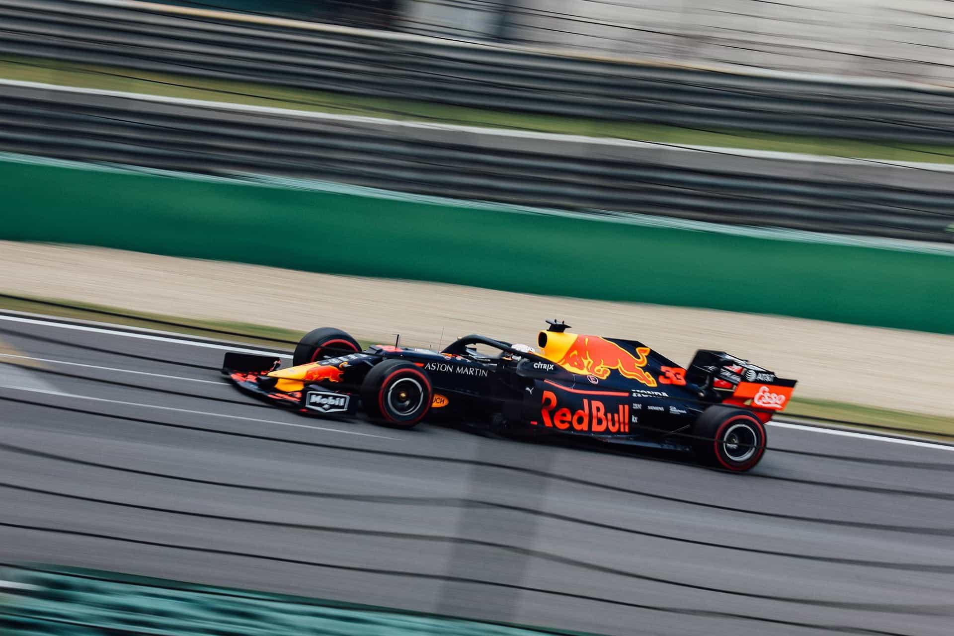 Sebuah mobil balap F1 Red Bull.