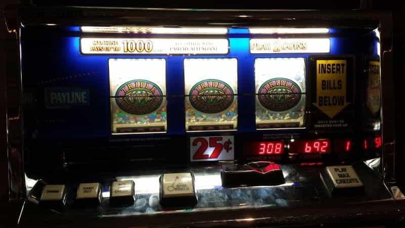 Mesin slot klasik di dalam kasino gelap.