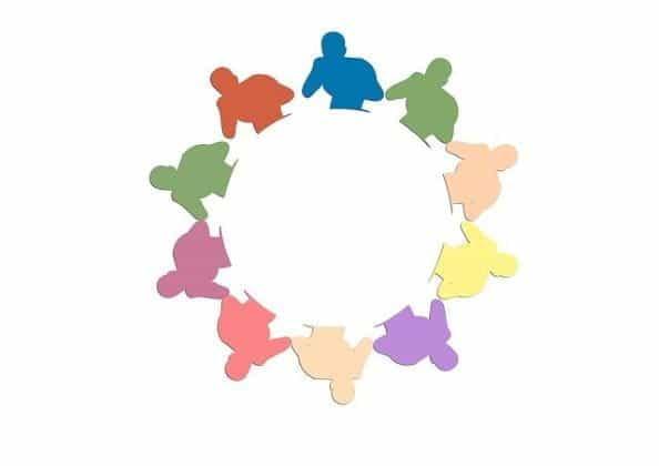 Lingkaran sosok siluet dalam pose tinju dalam beberapa warna berbeda.