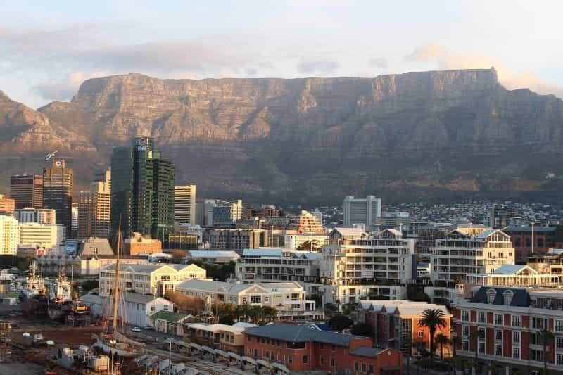 Pelabuhan Cape Town dan Table Mountain.