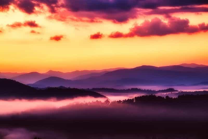 Pegunungan Great Smoky di negara bagian Tennessee saat matahari terbit.