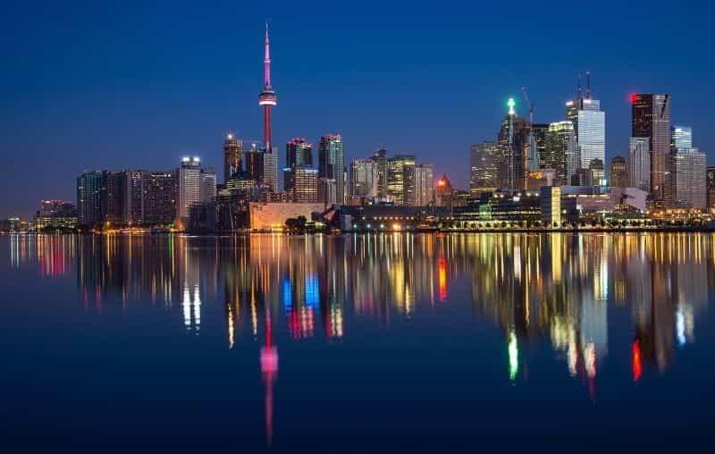 Cakrawala pusat kota Toronto di malam hari.