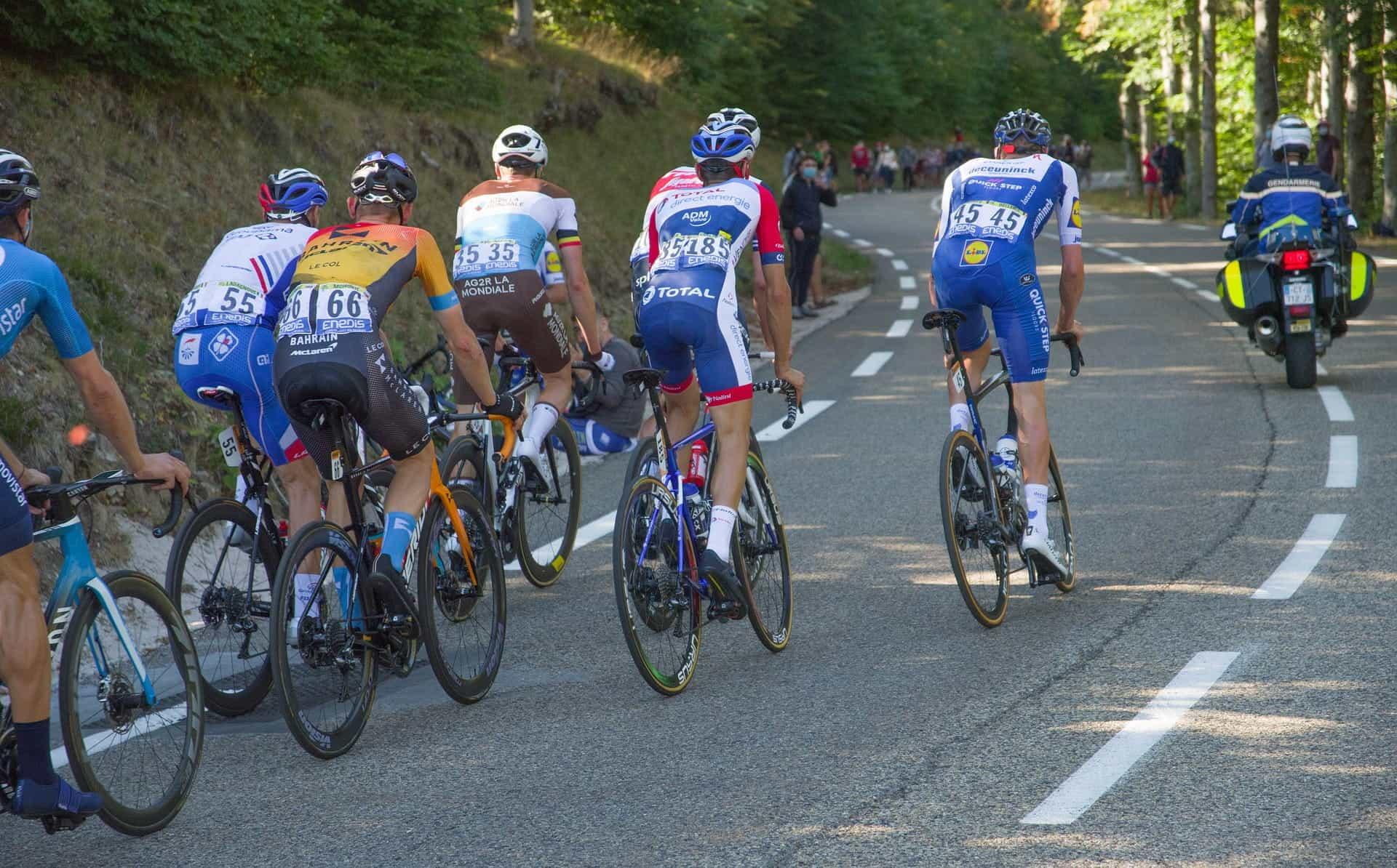 Pengendara sepeda berkompetisi di Tour de France.