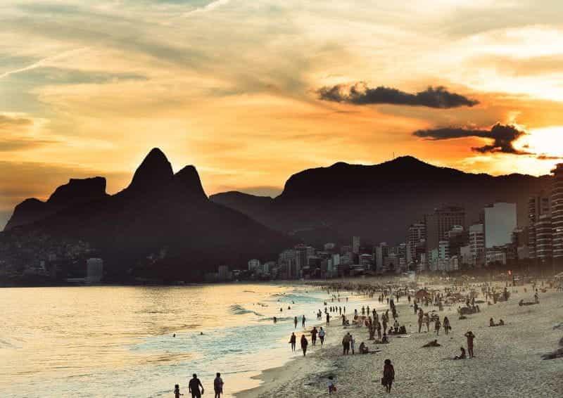 Matahari terbenam di pantai Rio de Janeiro.