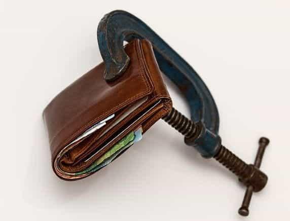 Sebuah dompet cokelat dijepit dengan penjepit.