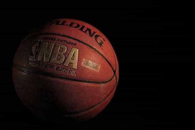 Bola basket tradisional dengan branding NBA di wajahnya.