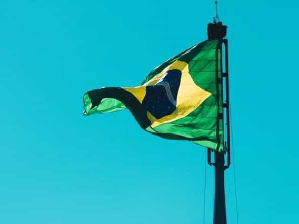 Bendera Brasil melambai tertiup angin.