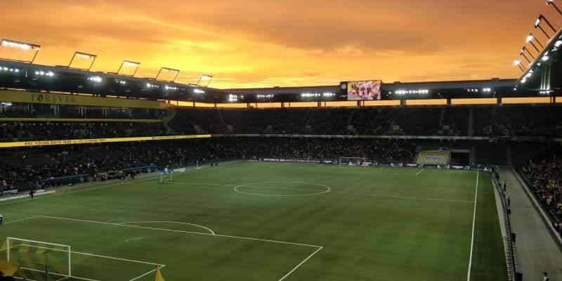Sebuah stadion sepak bola di Bern saat matahari terbenam.