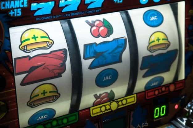Mesin slot menunjukkan tiga real dengan ikon bertema konstruksi.
